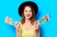 Mulher com flip-flops do verão foto de stock