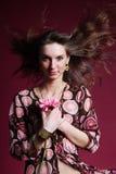 Mulher com flor cor-de-rosa Fotografia de Stock