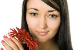 Mulher com flor vermelha Fotos de Stock Royalty Free