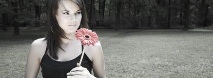Mulher com flor vermelha. Lotes do espaço da cópia fotos de stock royalty free