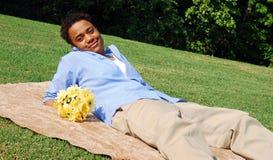 Mulher com flores amarelas Imagens de Stock Royalty Free