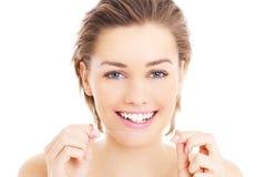 Mulher com floss dos dentes fotos de stock royalty free