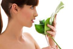 Mulher com folha e vidro verdes da água Fotografia de Stock