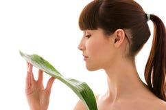 Mulher com folha verde Fotografia de Stock