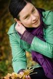 Mulher com folhas caídas foto de stock