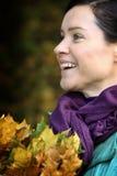 Mulher com folhas caídas foto de stock royalty free