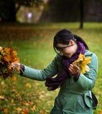 Mulher com folhas caídas imagem de stock royalty free