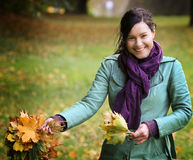 Mulher com folhas caídas imagens de stock royalty free