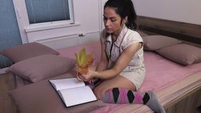 Mulher com folhas de bordo coloridas vídeos de arquivo