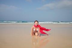 Mulher com fours eretos do biquini Fotos de Stock Royalty Free