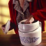 Mulher com frasco de bolinho imagens de stock royalty free