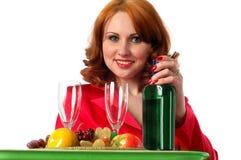 Mulher com frutas e algum vinho Fotografia de Stock Royalty Free