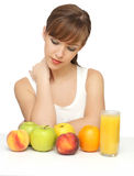 Mulher com frutas e suco Fotografia de Stock