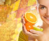 Mulher com frutas frescas Fotografia de Stock Royalty Free