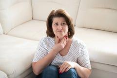 Mulher com a garganta dos toques da doença de tiroide com mãos fotos de stock