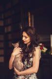 Mulher com gato do encanto Fotos de Stock