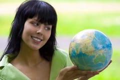 Mulher com global Fotografia de Stock Royalty Free