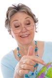 Mulher com globo - mulher mais idosa do aposentado isolada no backgr branco foto de stock royalty free