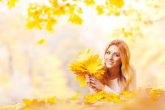Mulher com grupo das folhas de bordo imagens de stock royalty free