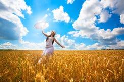 A mulher com guarda-chuva é aprecia o dia de verão Imagens de Stock Royalty Free
