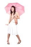 Mulher com guarda-chuva cor-de-rosa Fotografia de Stock