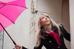 Mulher com guarda-chuva cor-de-rosa fotografia de stock royalty free
