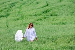 Mulher com guarda-chuva em um campo foto de stock