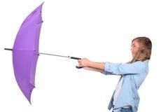 Mulher com guarda-chuva roxo Fotografia de Stock Royalty Free