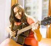 Mulher com guitarra fotos de stock