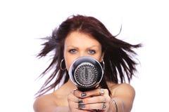 Mulher com hairdryer da terra arrendada do penteado da forma Fotografia de Stock Royalty Free