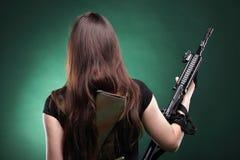 Mulher com injetor - mulher do exército com plástico do rifle Fotos de Stock