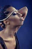 Mulher com jóia da pérola imagens de stock