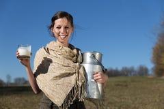 Mulher com jarro de leite e de vidro bonitos completamente do leite fotografia de stock royalty free