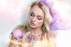 Mulher com joia cor-de-rosa Fotos de Stock