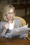 Mulher com jornal fotografia de stock royalty free