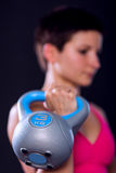 Mulher com kettlebell Fotos de Stock Royalty Free