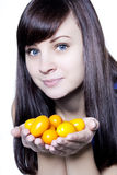Mulher com kumquats Foto de Stock Royalty Free