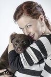 Mulher com Labrador Fotos de Stock Royalty Free