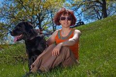 A mulher com Labrador preto Fotografia de Stock