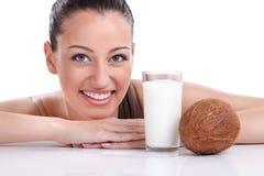 Mulher com leite de coco Foto de Stock Royalty Free