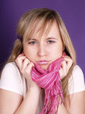 Mulher com lenço cor-de-rosa Fotos de Stock
