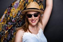 Mulher com lenço e chapéu sobre o fundo escuro Fotos de Stock Royalty Free