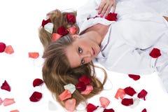 Mulher com levantar-pétala imagem de stock