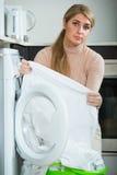 Mulher com linho bolorento após a lavanderia imagens de stock royalty free