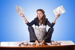 Mulher com lotes do papel rejeitado imagens de stock royalty free