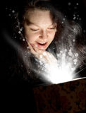 A mulher com luz abstrata de uma caixa de presente Fotos de Stock Royalty Free