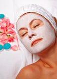 Mulher com máscara branca da lama Fotos de Stock Royalty Free