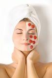 Mulher com máscara da fruta Fotos de Stock