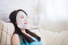 Mulher com máscara do facial de pano imagens de stock royalty free