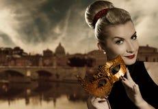 Mulher com máscara dourada do carnaval imagens de stock royalty free